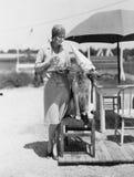 Mulher com o chapéu e vidros vestindo do cão Foto de Stock