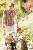 Mulher com o cão que tem a ruptura de café Fotos de Stock Royalty Free