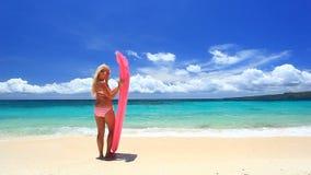 Mulher com o colchão cor-de-rosa da natação na praia tropical, Boracay filme