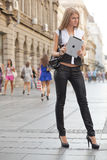 Mulher com o computador da tabuleta do iPad de Apple na rua Fotografia de Stock Royalty Free