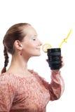 Mulher com o copo da lente de telephoto Imagens de Stock Royalty Free