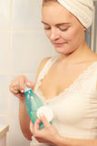 Mulher com o cotonete de algodão que limpa sua pele Fotografia de Stock