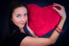 Mulher com o coxim dado forma coração Imagens de Stock