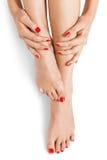 Mulher com o dedo e as unhas do pé vermelhos bonitos Fotos de Stock Royalty Free