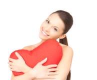 Mulher com o descanso coração-dado forma vermelho sobre o branco fotografia de stock royalty free
