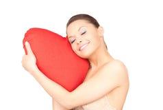Mulher com o descanso coração-dado forma vermelho sobre o branco fotos de stock