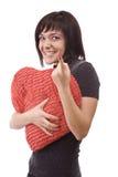 Mulher com o descanso heart-shaped vermelho imagem de stock royalty free
