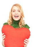 Mulher com o descanso heart-shaped vermelho fotos de stock