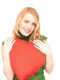 Mulher com o descanso heart-shaped vermelho imagens de stock