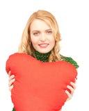 Mulher com o descanso heart-shaped vermelho imagens de stock royalty free