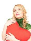 Mulher com o descanso heart-shaped vermelho fotografia de stock
