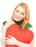 Mulher com o descanso heart-shaped vermelho imagem de stock