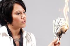 Mulher com o dinheiro a queimar-se Imagens de Stock