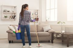 Mulher com o equipamento da limpeza pronto ao quarto desinfetado fotografia de stock royalty free