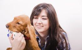 Mulher com o filhote de cachorro bonito adorável Fotos de Stock Royalty Free