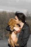 Mulher com o filhote de cachorro bonito adorável Foto de Stock Royalty Free
