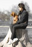 Mulher com o filhote de cachorro bonito adorável Fotografia de Stock