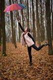 Mulher com o guarda-chuva arrastado pelo vento fotografia de stock