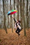Mulher com o guarda-chuva arrastado pelo vento imagens de stock royalty free