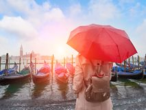 Mulher com o guarda-chuva que está para trás e que olha em gôndola Veneza Italy imagem de stock royalty free