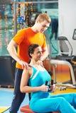 Mulher com o instrutor no simulador do treinamento Foto de Stock Royalty Free