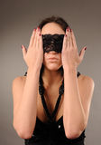 Mulher com o laço prendido em seus olhos Imagens de Stock Royalty Free