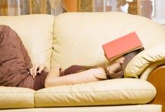 Mulher com o livro em sua face Imagem de Stock Royalty Free