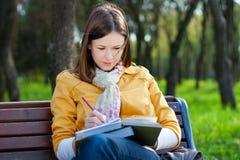 Mulher com o livro no parque Fotos de Stock
