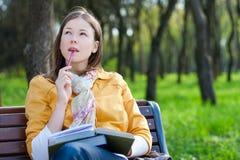 Mulher com o livro no parque Imagens de Stock