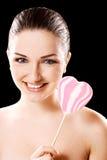 Mulher com o lolly dado forma coração foto de stock