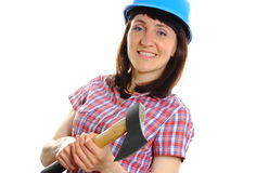 Mulher com o machado que veste o capacete azul protetor Foto de Stock