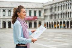 Mulher com o mapa no marco de san da praça em Veneza Imagem de Stock