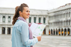 Mulher com o mapa no marco de san da praça em Veneza Fotografia de Stock
