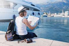 Mulher com o mapa perto dos navios luxuosos Fotos de Stock Royalty Free