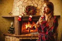 Mulher com o marshmallow pela chaminé Jovem mulher que sorri e Imagens de Stock Royalty Free