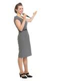Mulher com o microfone que mostra no espaço da cópia Imagem de Stock