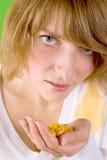Mulher com o montão de comprimidos amarelos Imagem de Stock Royalty Free