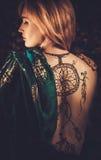 Mulher com o ornamento tradicional da hena fotografia de stock royalty free
