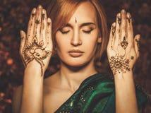 Mulher com o ornamento tradicional da hena foto de stock royalty free