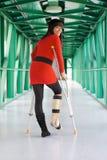 Mulher com o pé moldado e as muletas no hospital Fotos de Stock