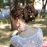 Mulher com o penteado recolhido em um rabo de cavalo, grânulos sortidos decorados dos dreadlocks fotos de stock royalty free