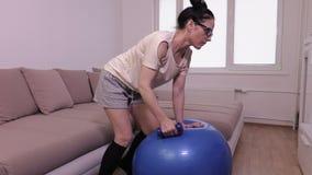 Mulher com o peso que faz o exercício para a parte traseira video estoque