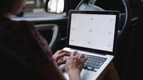 Mulher com o portátil no carro filme