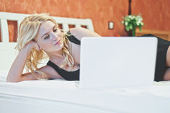 Mulher com o portátil no quarto Imagens de Stock