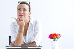 Mulher com o portátil que trabalha em casa Imagens de Stock Royalty Free