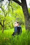 Mulher com o portátil no campo Fotos de Stock Royalty Free