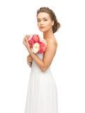 Mulher com o ramalhete das flores foto de stock royalty free
