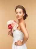Mulher com o ramalhete das flores imagem de stock royalty free