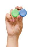 Mulher com o recipiente para lentes de contato Imagens de Stock