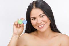 Mulher com o recipiente para lentes de contato Imagens de Stock Royalty Free